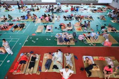 Gente reubicada por daños del tifón haikui